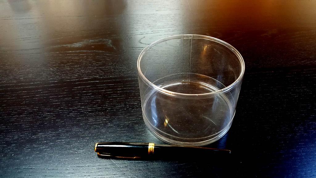 Cilindri transparenti cu margini indoite